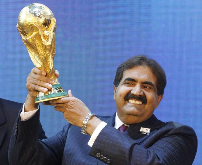 Le 2 décembre 2010, l'émir du Qatar, Hamad ben Khalifa Al-Thani, brandit la coupe du Monde de football après  l'annonce de l'attribution du Mondial à son pays.