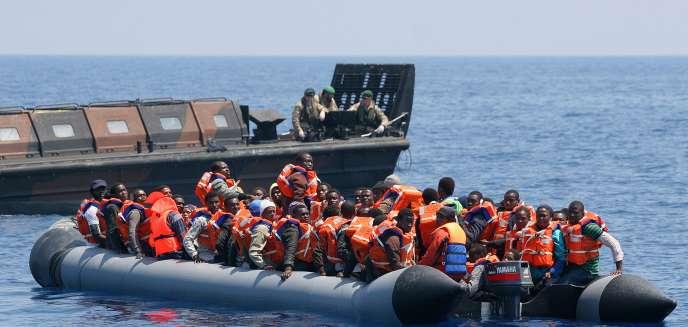 Des migrants secourus par la marine royale britannique, le 7 juin.