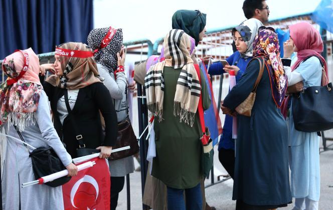 De jeunes militantes de l'AKP, le 7 juin à Ankara.