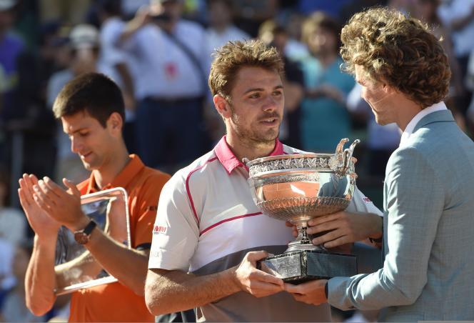 Le Brésilien Gustavo Kuerten a remis le trophée à Stan Wawrinka, vainqueur de Novak Djokovic en finale de Roland-Garros dimanche.