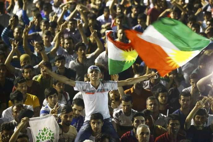 Des soutiens au parti kurde HDP après son bon score aux élections législatives du 7 juin en Turquie.
