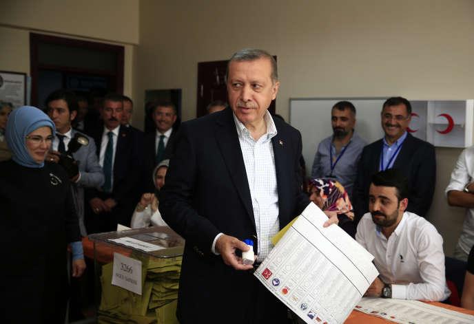Le président turc Recep Tayyip Erdogan dans un bureau de vote d'Istanbul, le 7 juin.