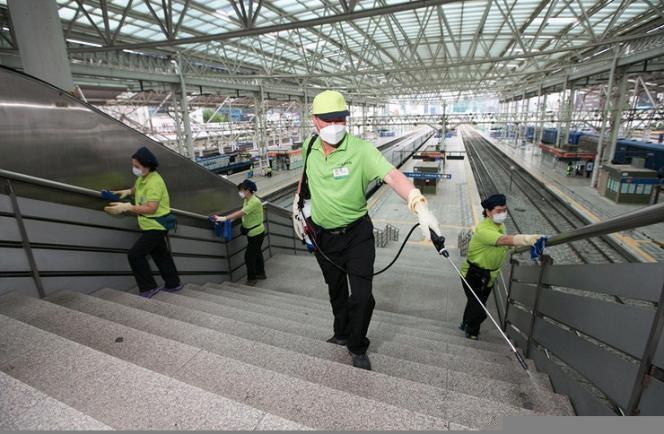 Des Sud-coréens désinfectent une gare de Séoul, en Corée du Sud.