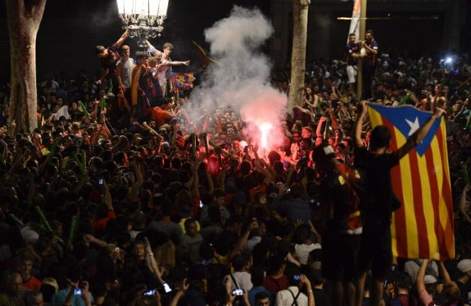 Des supporteurs du FC Barcelone dans les rues de la ville après la victoire du club catalan en Ligue des champions, samedi 6 juin.