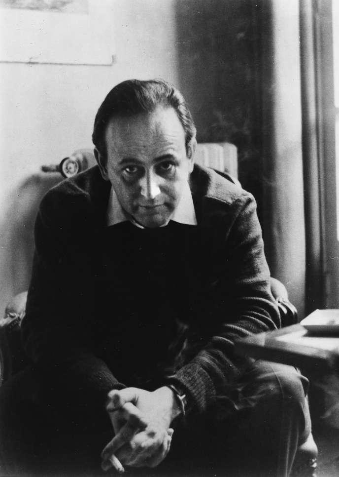 Paul Celan dans son appartement de la rue de Longchamp, à Paris, en 1958.