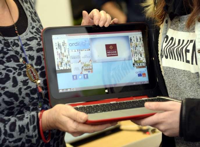 Remise du premier OrdiLib' pour l'année scolaire 2014-2015, par la vice-présidente de la région Midi-Pyrénées, Janine Loidi.