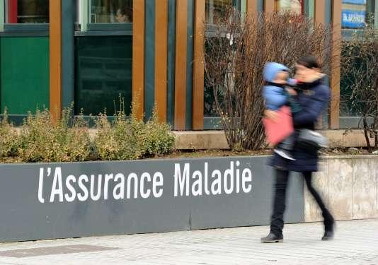Devant l'immeuble lillois de l'Assurance maladie.