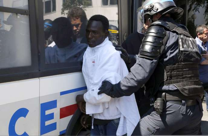 Un migrant arrêté par la police devant la bibliothèque Vaclav-Havel, dans le 18e arrondissement de Paris, lundi 8 juin.