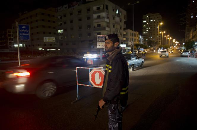 Un policier du Hamas contrôle la circulation, à Gaza, le 5mai.