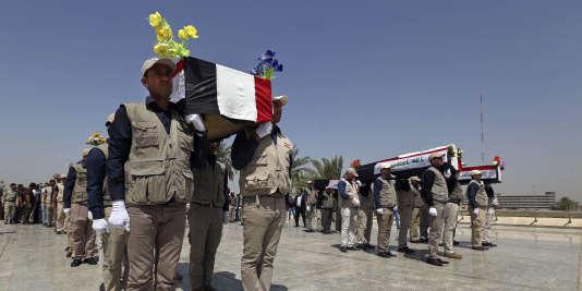 Les dépouilles des militaires tués lors dela tuerie du camp Speicher, une ancienne base de l'armée américaine située à Tikrit, dans le nord de l'Irak, en juin 2014.