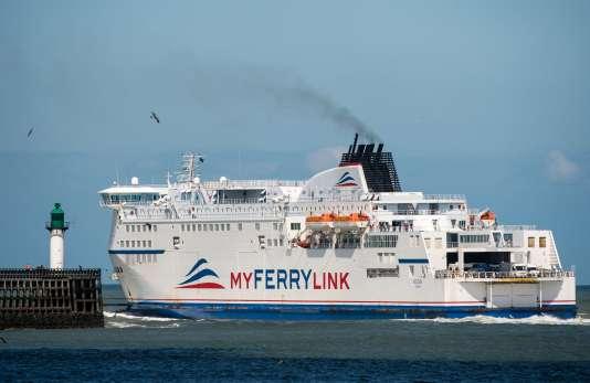 Un des bateaux de la compagnie My Ferry Link dans le port de Calais, le 8 juin.