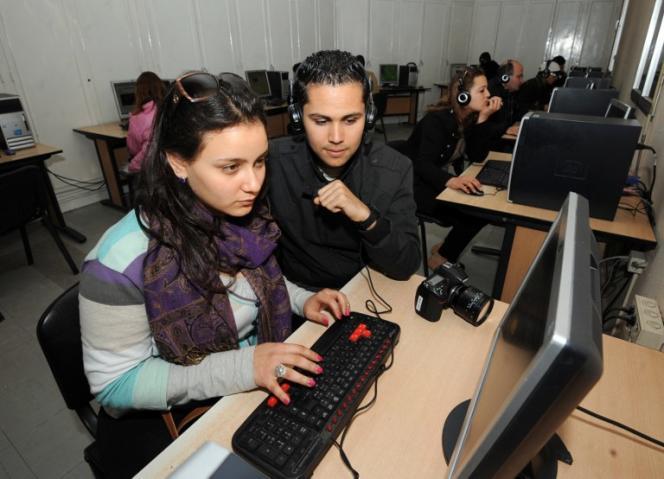 Des étudiants tunisiens dans un centre Internet, en 2012 à Tunis.