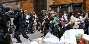Migrants et militants s'opposent à uneopération d'évacuation, devant la bibliothèque Vaclav-Havel, à Paris (18e), le 8 juin 2015.