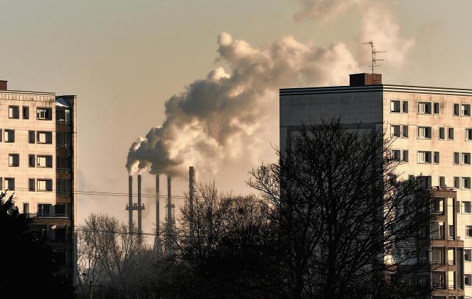 Une usine près d'un quartier résidentiel dans le nord de la France, en janvier 2013.