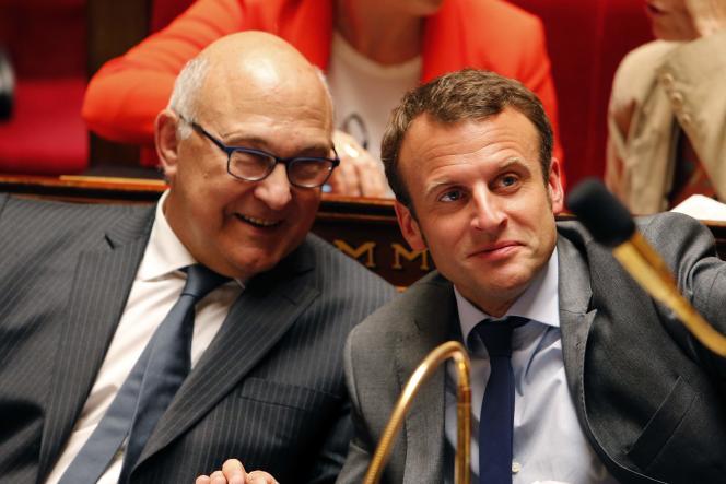 Le ministre des finances Michel Sapin et le ministre de l'économie Emmanuel Macron à l'Assemblée nationale, le 9 juin.