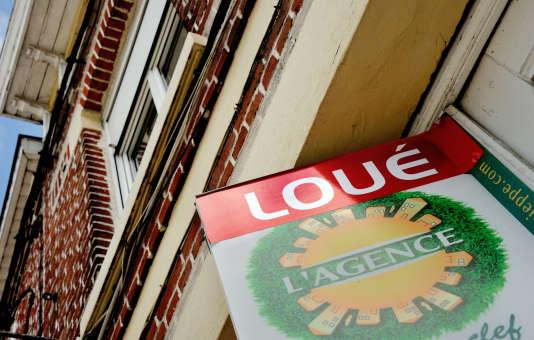 Une affichette sur la façade d'un immeuble à Armentiéres.