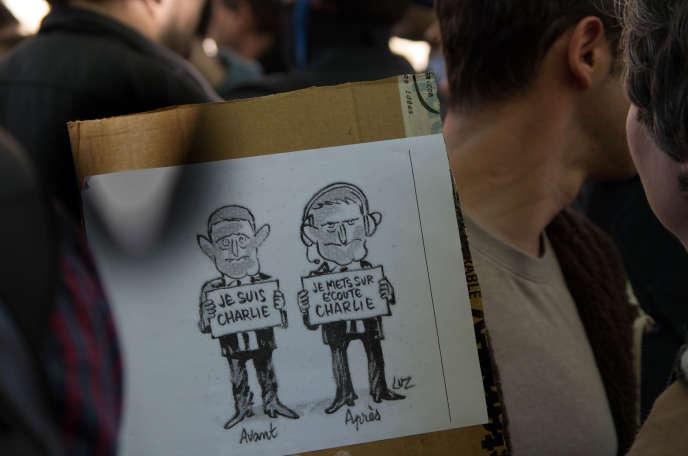 Pancarte brandie lors d'une manifestation contre le projet de loi sur le renseignement, le 13 avril