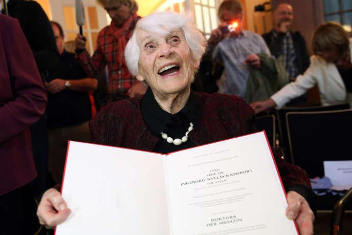 Ingeborg Syllm-Rapoport reçoit son doctorat à l'âge de 102 ans, mardi 9 juin.