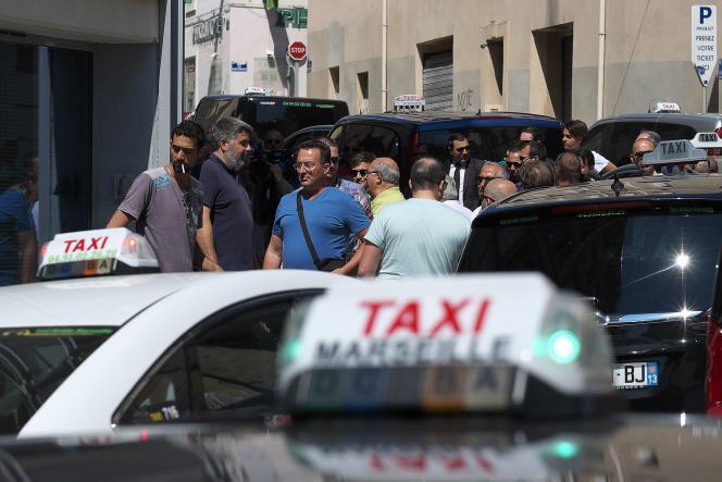 A Marseille, le 8 juin, des chauffeurs de taxi bloquent l'accès à un hôtel, où a lieu une session de recrutement d'Uber.