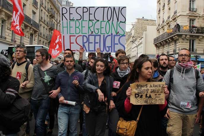 «Les migrations sont constitutives de ce XXIesiècle! Changer d'approche est un défi pour penser notre avenir commun dans un monde en paix» (manifestation en faveur des réfugiés, Paris, 2015).