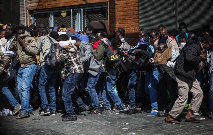 Des migrants installés sur le parvis de la halle Pajol, à Paris, ont été délogés le 8 juin.