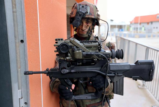 Un soldat français du 8e RPIMA lors d'un exercice d'entraînement à Sissonne, France,  en novembre 2012.