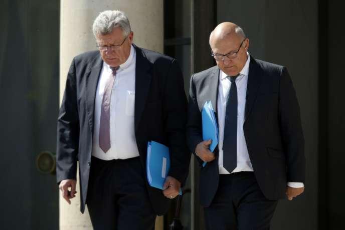 A droite, Michel Sapin, ministre de l'économie et des finances, et Christian Eckert, secrétaire d'Etat au budget et aux comptes publics.