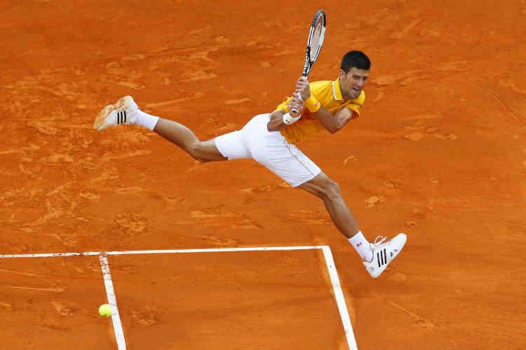 Mieux vaut deux mains qu'une pour Novak Djokovic, en finale face à Tomas Berdych lors du tournoi de Monte-Carlo 2015.