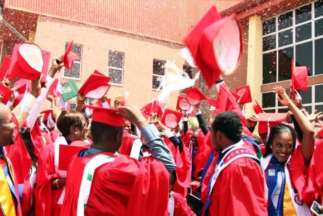 Des étudiants de l'université nigeriane de Yola fêtent leur diplôme, le 9 mai 2015.