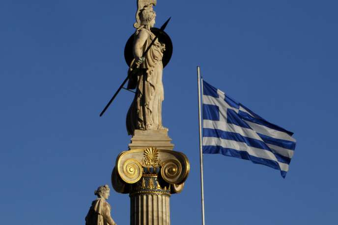 Environ 95 % de la dette publique grecque est aujourd'hui en loi étrangère, suite à la restructuration de 2012 (photo: drapeau grec et statue d'Athéna, à Athènes).