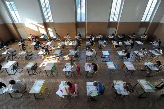 Des lycéens français passent une épreuve du baccalauréat au lycée pasteur à Strasbourg le 17 juin 2013.