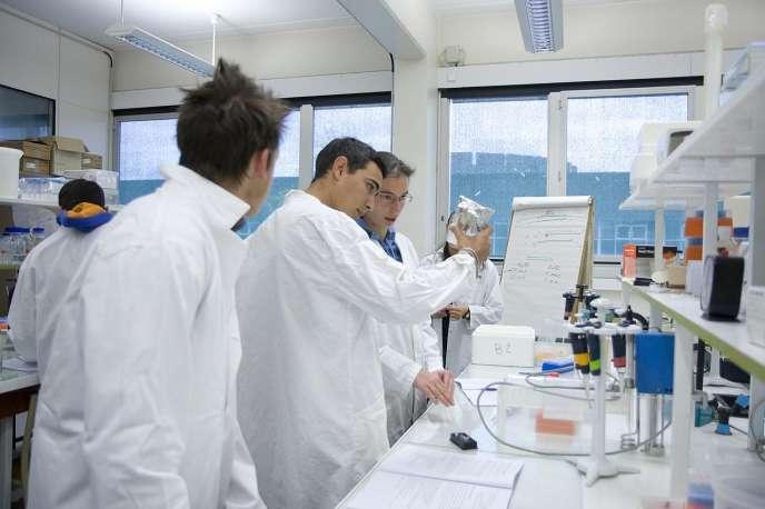Etudiants dans un laboratoire de recherche.