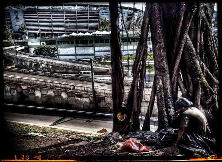 Derrière le faste de la Coupe du monde de football brésilienne, une personne sans domicile devant le stade de Salvador de Bahia, en juin 2014.