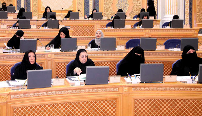 En 2013, le roi Abdallah avait nommé 30 femmes au Majlis al-Choura, un conseil consultatif (ici photographiées par l'agence officielle deux semaines après leur entrée en fonctions, en mars 2013).