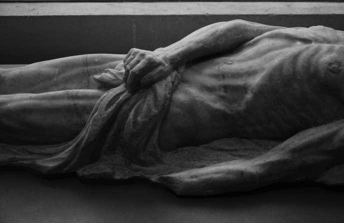La chroniqueuse judiciaire et écrivaine Sigolène Vinson, réchappée de l'attentat contre «Charlie Hebdo», a voulu que son roman, «Le Caillou», paraisse comme prévu (photo : le « transi de Catherine de Médicis », de Girolamo della Robia, XVIe siècle, conservé au Musée du Louvre).