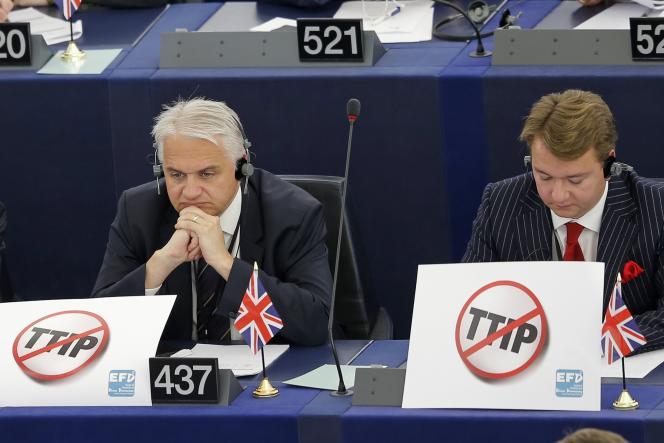 Des eurodéputés hostiles au traité transatlantique, le 10 juin 2015 à Strasbourg.