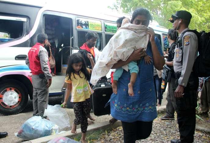 Des personnes originaires du Bangladesh, de Birmanie et du Sri Lanka arrivent à Kupang en Indonésie, le 2 juin, après avoir été interceptés par la marine australienne alors qu'ils tentaient de rejoindre la Nouvelle-Zélande.