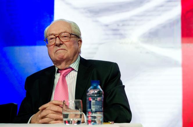 Jean-Marie Le Pen, président d'honneur du Front national, conteste la suspension de son adhésion au parti.