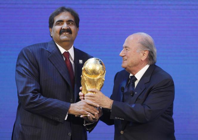 L'ex-émir du Qatar Hamad ben Khalifa al Thani  et Joseph Blatter, lors du vote d'attribution de la Coupe du monde 2022, le 2 décembre 2010 à Zurich.