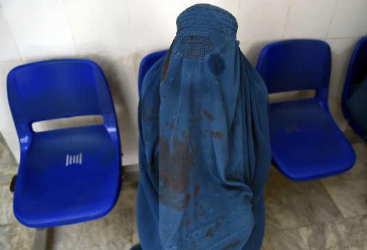 Femme afghane en burqa dans un hôpital de Kaboul, en mai 2015.