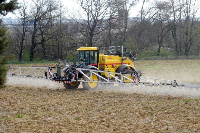 Epandage de pesticides près de Villefranche-de-Lauragais, dans le sud de la France.