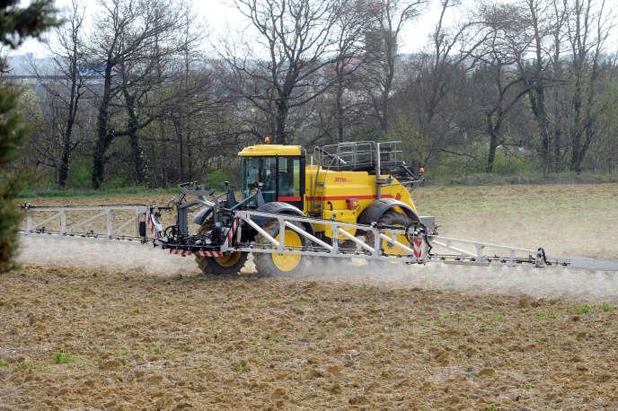 Un fermier épend des pesticides à  Villefranche-de-Lauragais, Haute-Garonne, le 3 avril.