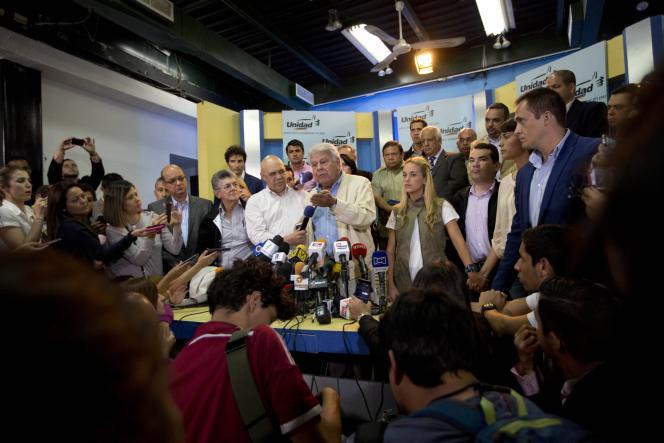 Felipe Gonzalez (au centre) à Caracas, Venezuela, le 8 juin 2015.