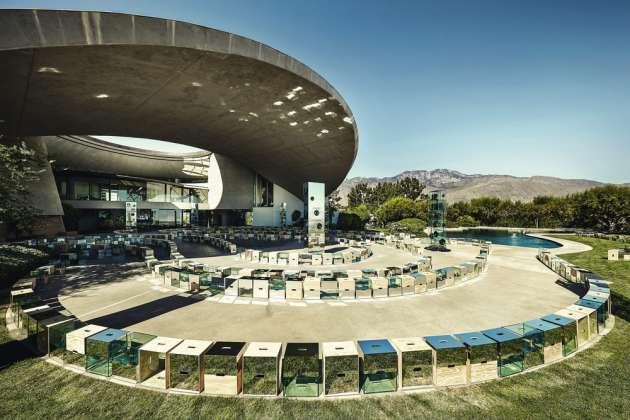Le 6 mai 2015, à Palm Springs, (Californie), la villa de Bob et Dolores Hope, joyau de l'architecture moderne américaine, a servi d'écrin à un défilé Louis Vuitton.