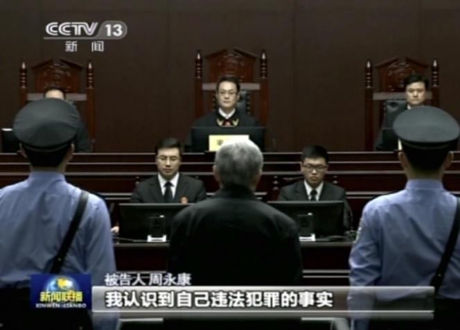 Capture d'écran des images du procès de Zhou Yongkang diffusées par la chaîne publique CCTV jeudi 11 juin.