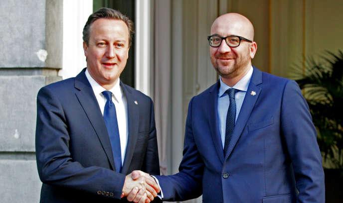 Le premier ministre belge, Charles Michel (à droite), lors d'une rencontre avec le premier ministre britannique, David Cameron, le 11 juin. Le gouvernement britannique souhaite faire voter une loi proche de celle annulée par la Cour constitutionnelle belge.