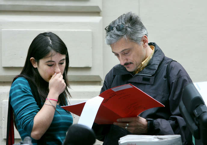 Une lycéenne découvre avec son père le détail de ses notes au baccalauréat, en juillet 2007 au lycée Molière à Paris.