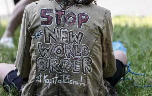 """Un manifestation près du lieu de la réunion 2015 du groupe Bilderberg, dénonçant le """"nouvel ordre mondial""""."""
