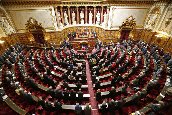 Les Sénateurs français lors d'une minute de silence, observéele 7 avril 2015.