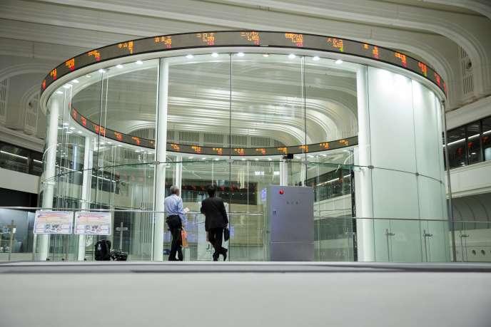 La Bourse de Tokyo.Mercredi 6 juillet, le taux des obligations japonaises à vingt ans est, pour la première fois de l'histoire, tombé en territoire négatif.